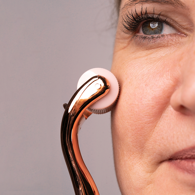 M1 SELECT NEEDLING - Derma Roller bei der Anwendung